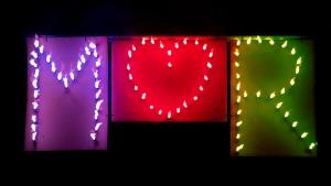 Brennende Herzen und Buchstaben bzw. Initialen des Hochzeitspaares leuchten im Hochzeitsfeuerwerk richtig toll, hier im Shop jetzt online bestellen.