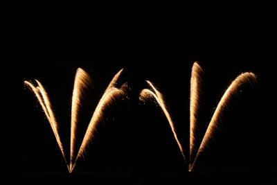 Goldglitzer-Kometen in einem Barockfeuerwerk zur Hochzeit.