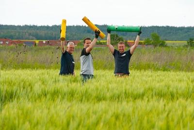 Jede Feuerwerksbombe muss in einen Mörser verladen werden, diese Männer bereiten die Rohre dafür vor und haben Spaß dabei.