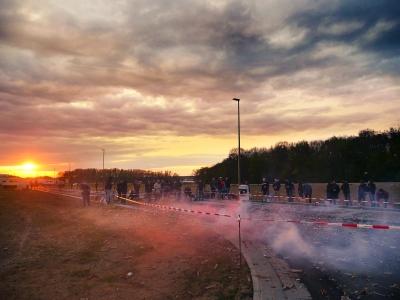 Reste an Feuerwerkskörpern von Silvester beim Röder-Feuerwerk Resteschießen gemeinschaftlich zünden