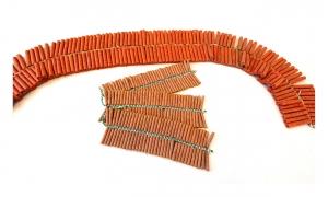 Knallketten sind an einer Leitzündschnur verbundene Knaller, die in rasanter Abfolge knallen