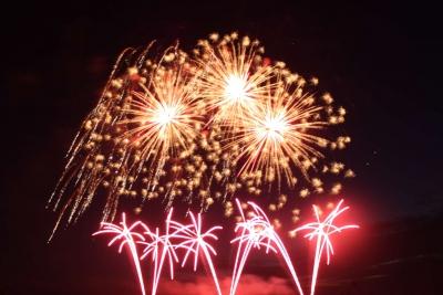 Feuerwerk auf mehreren Ebenen, Hochfeuerwerk und Bodenfeuerwerk zum Volksfest