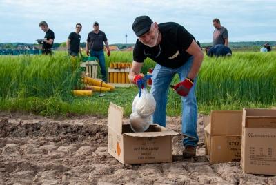 Unseren Workshopteilnehmern macht es sichtlich Spaß, die großen Feuerwerksbomben zu verladen.