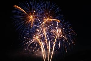 Ein Feuerwerk zum Firmenfest selbst zünden ist überhaupt kein Problem. Komplettpakete und Verbundfeuerwerke lassen sich kinderleicht verwenden