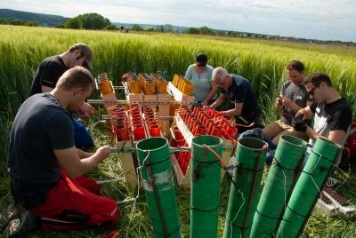 Nach Zündplan müssen die Rohre mit Feuerwerkseffekten befüllt werden, damit das Feuerwerk am Ende auch so aussieht, wie man es geplant hat.