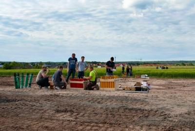 Feuerwerk zünden bedeutet auch Arbeit, hier werden Bombenrohrkästen aufgestellt, ausgerichtet und Feuerwerkskörper verladen