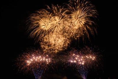 Besonders beeindruckend sind Feuerwerke, die nicht nur Höheneffekte, sondern auch Effekte am Boden enthalten